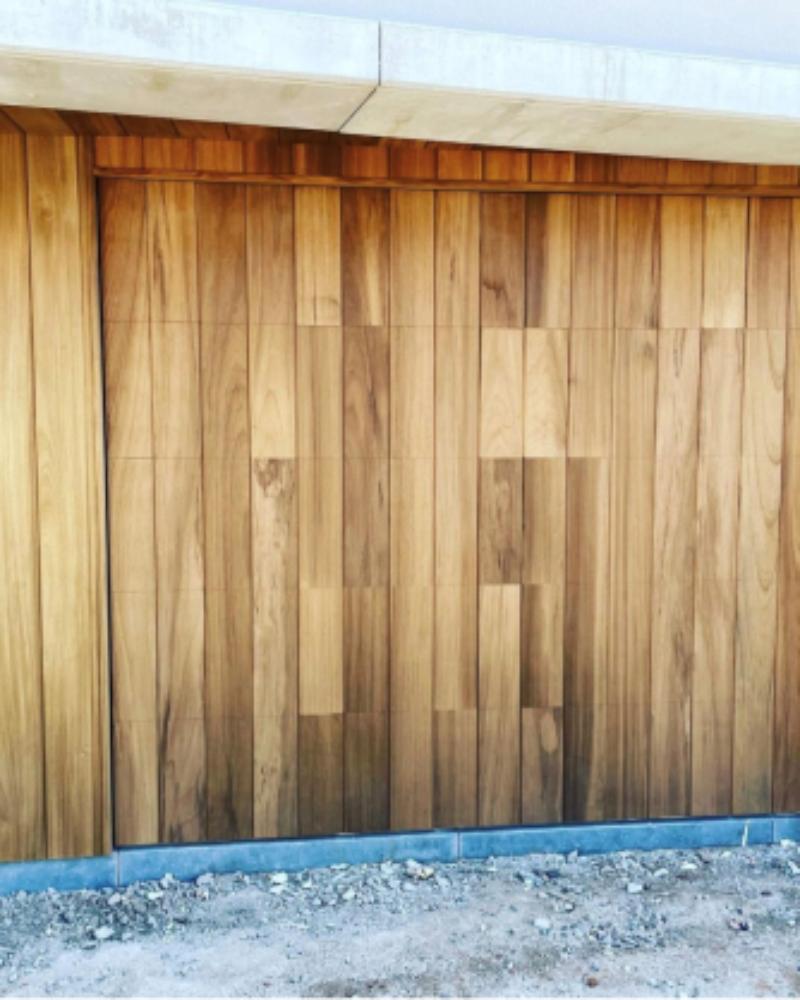 Porte de garage encastrée dans le bardage en bois